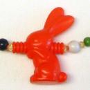 Punainen pupu -kaulakoru