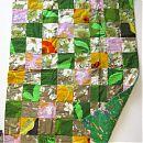 Kirjava, vihreätaustainen peitto